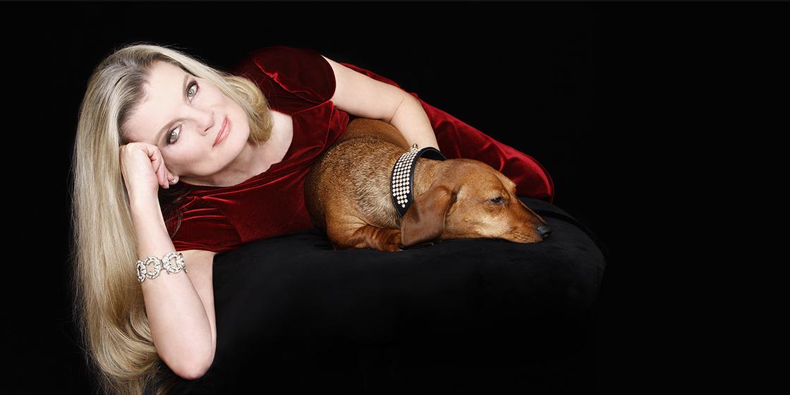 Elegantes Damenportrait mit Hund ©Sarosdy